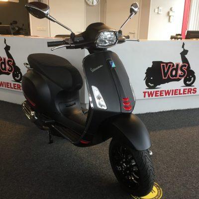 Vespa Sprint S MAT ZWART EURO5 snorscooter 25 km 4takt